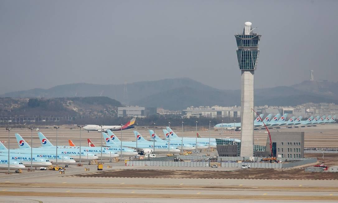 A Coreia do Sul foi um dos primeiros países atingidos pelo novo coronavírus em grandes proporções, e até agora as pistas do aeroporto internacional de Incheon continuam lotados de aviões parados da Korean Air Foto: Heo Ran / Reuters