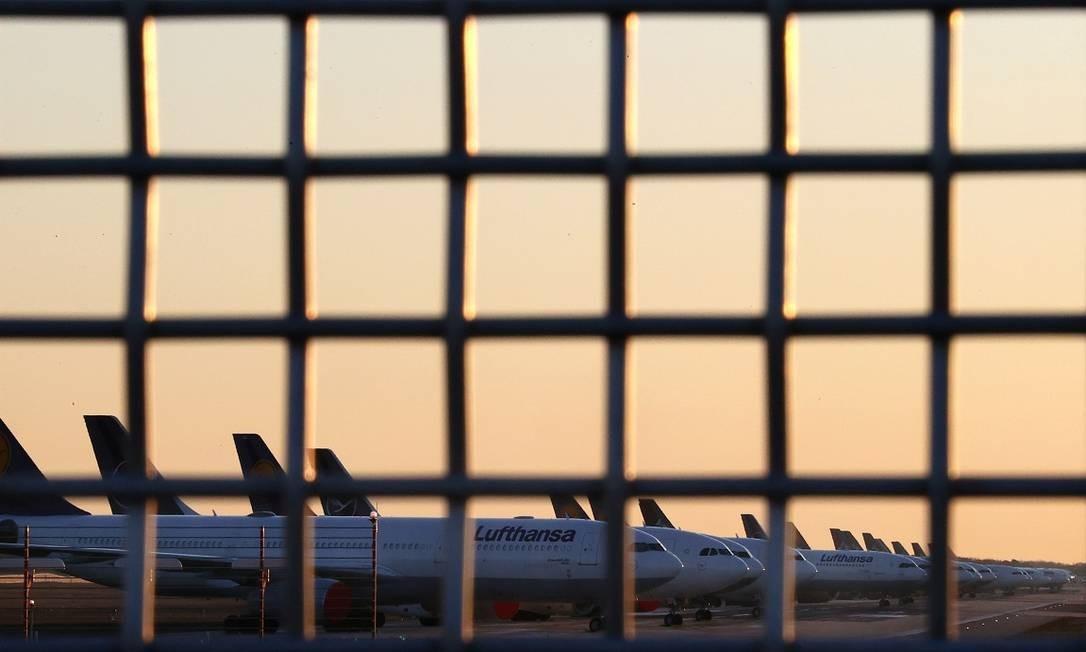 Aviões da Lufthansa estacionados na pista do aeroporto de Frankfurt, na Alemanha Foto: Kai Pfaffenbach / Reuters