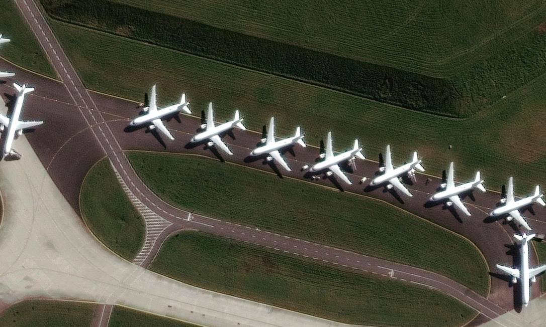 Imagem de satélite registrou os aviões estacionados no aeroporto Charles De Gaulle, em Paris Foto: AFP