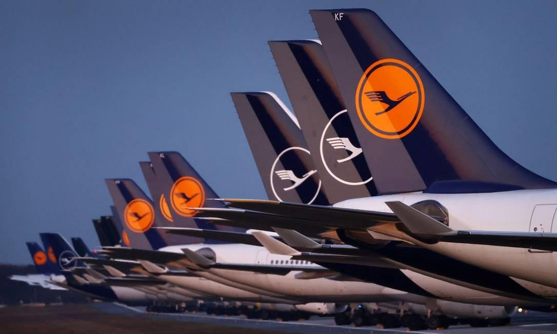 No aeroporto de Frankfurt, na Alemanha, os aviões da Lufthansa estão parados a espera da retomada das viagens aéreas Foto: Kai Pfaffenbach / Reuters