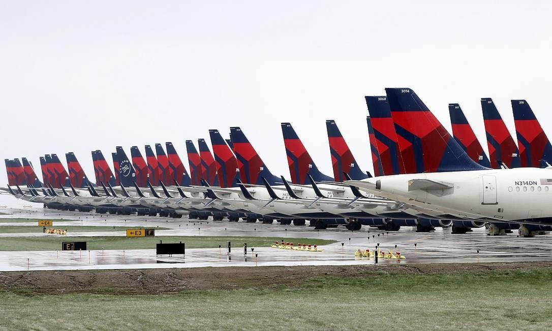 No aeroporto internacional de Kansas City, no Missouri, também há muitos aviões enfileirados esperando a normalização do setor aéreo Foto: Jamie Squire / Getty Images/AFP