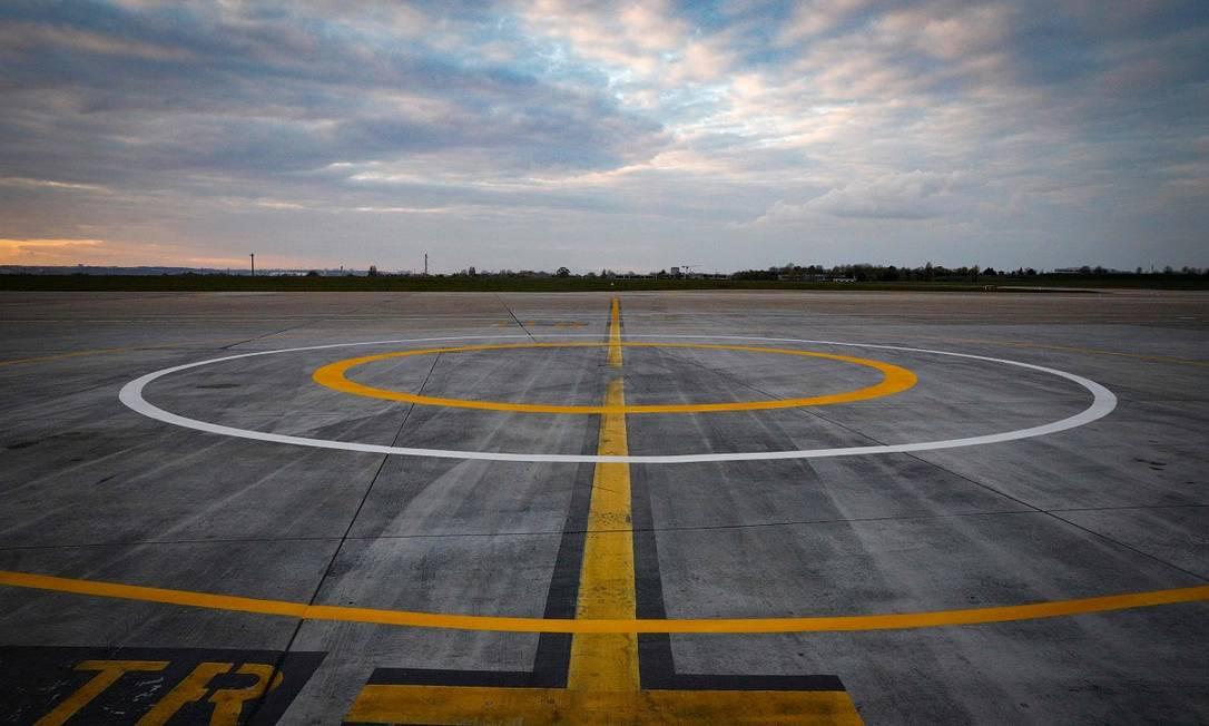 Heliponto vazio no aeroporto de Orly, em Paris, que desde o começo do mês vem sendo usado exclusivamente para operações ligadas ao combate ao novo coronavírus Foto: Geoffroy van der Hasselt / AFP