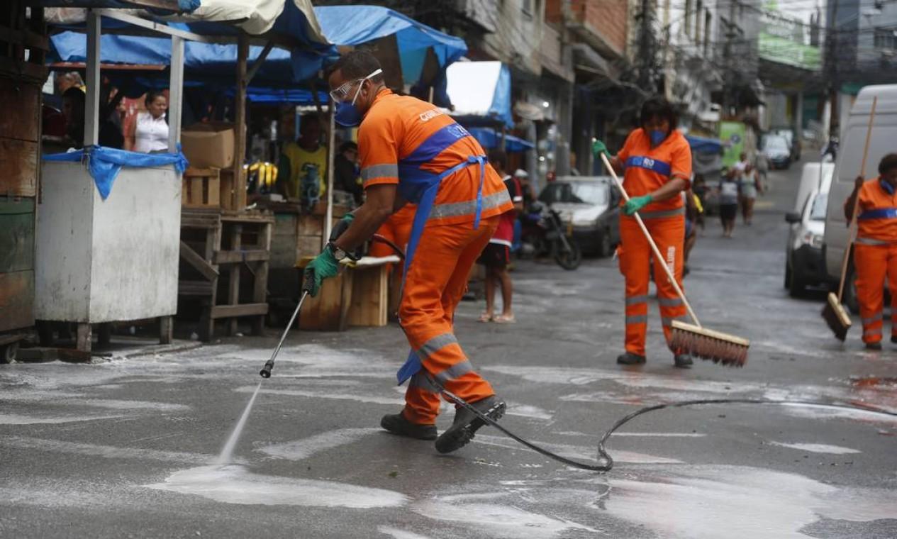 Depois de registrar duas mortes, Rocinha, na Zona Sul do Rio, enfim, recebeu sanitização da prefeitura. Operação já estava agendada, de acordo com a Comlurb Foto: Fabiano Rocha / Agência O Globo - 09/04/2020