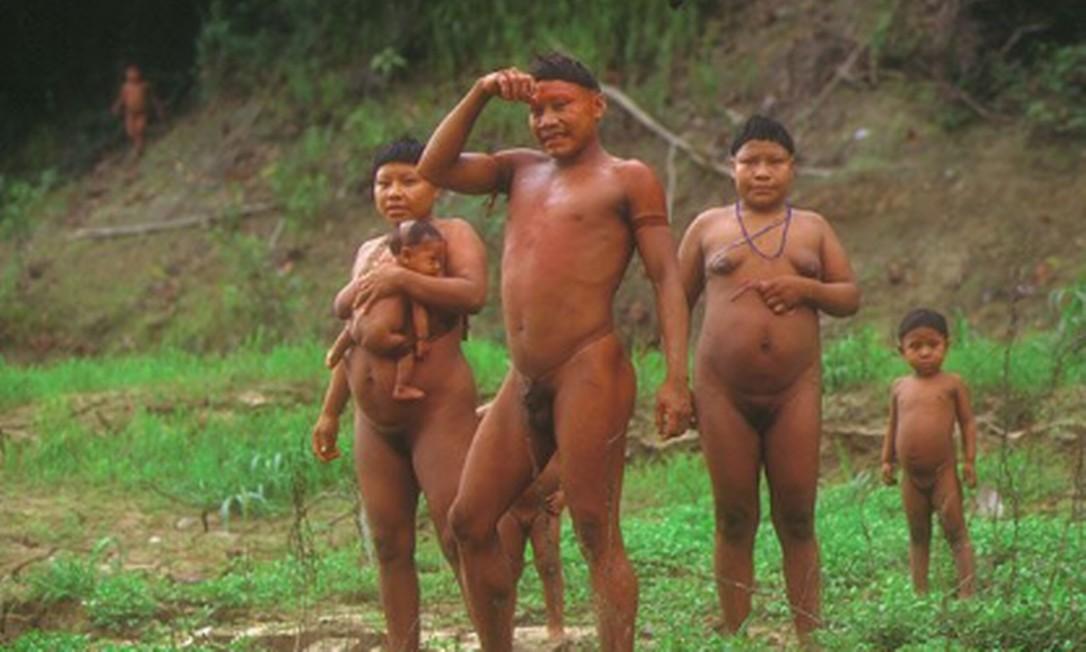 Família korubo em aldeia do Vale do Javari, no Amazonas Foto: Sydney Possuelo/Arquivo