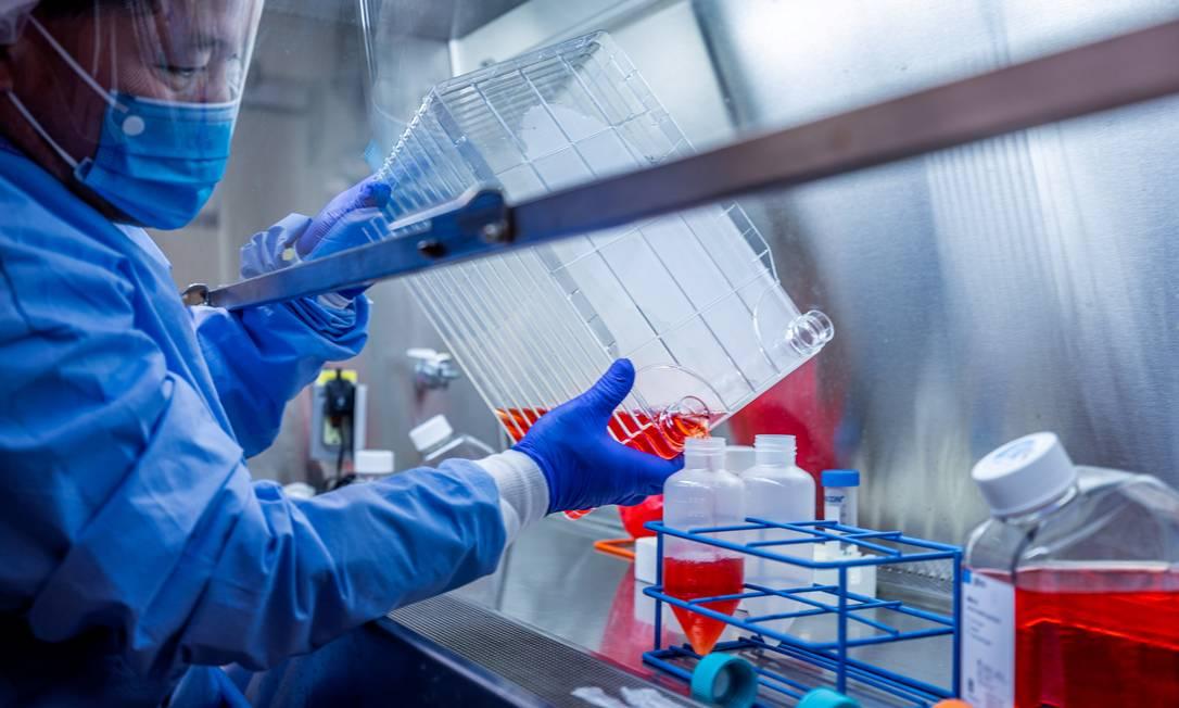 Pesquisador trabalha em candidata a vacina para a Covid-19 na Universidade de Pittsburgh (EUA) Foto: UPMC / UPMC via REUTERS