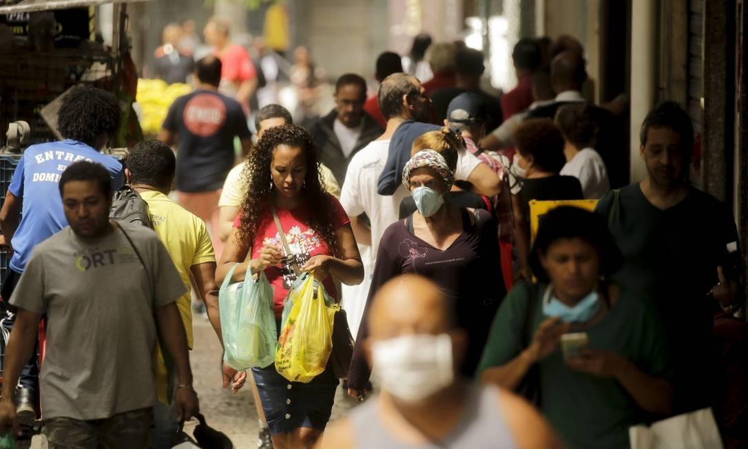 Pandemia de coronavírus : calçada cheia na rua Siqueira Campos, em Copacabana.Foto de Gabriel de Paiva/ Agência O Globo Foto: Gabriel de Paiva / Agência O Globo