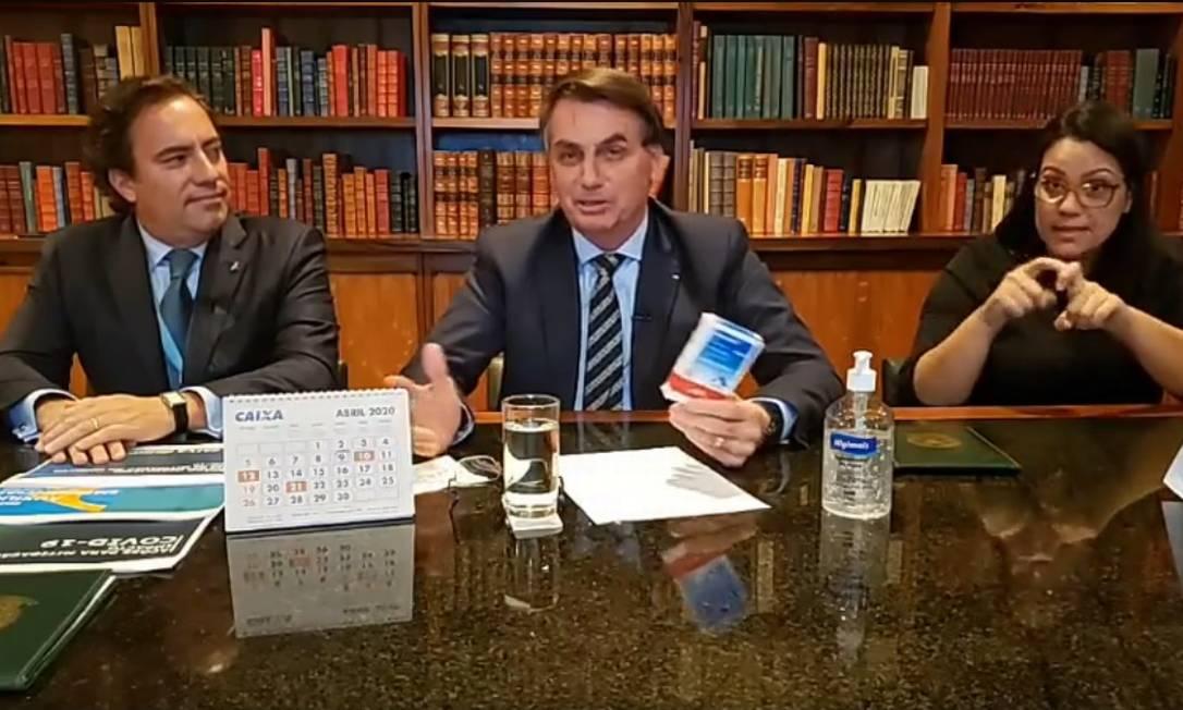 Ao lado de Pedro Guimarães, Bolsonaro exibiu caixa de medicamento à base de cloroquina Foto: Reprodução