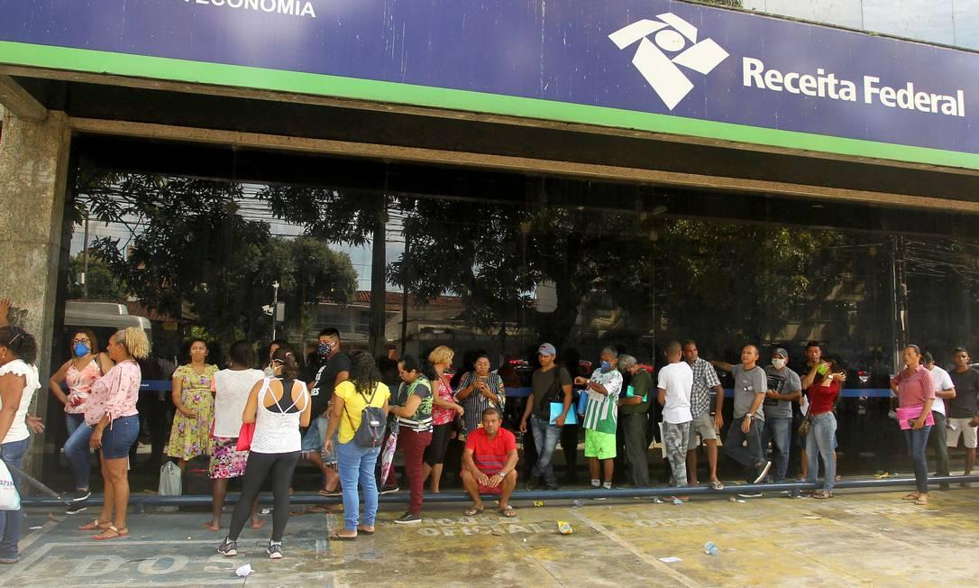 Fila na Agência da Receita Federal em Belém (PA): pessoas tentavam regularizar o CPF para ter direito ao auxílio emergencial de R$ 600 Foto: Agência O Globo