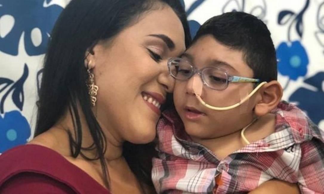 Inamá e Arthur, que nasceu com a síndrome da zika e morreu de pneumonia aos três anos de idade Foto: Arquivo pessoal