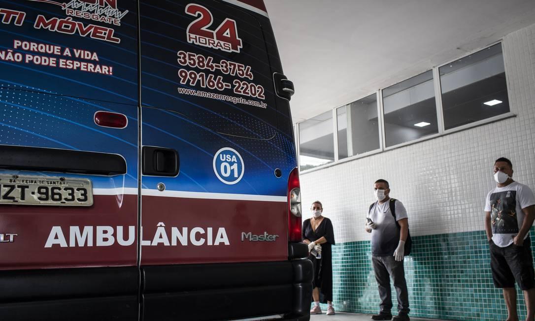 Pacientes com sintomas do novo coronavírus em fila para atendimento na Sala Rosa do Pronto Socorro 28 de Agosto Foto: Raphael Alves / Agência O Globo