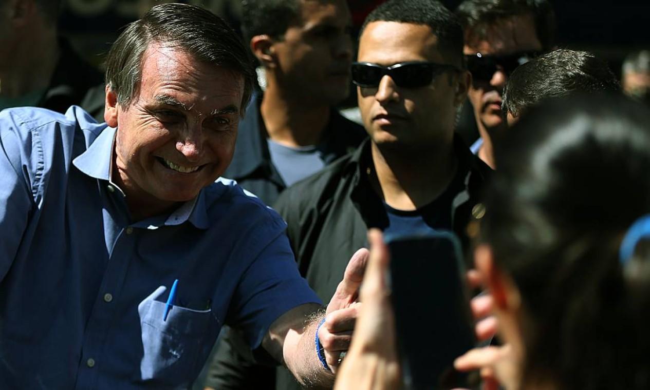 Presença do presidente em farmácia de Brasília causou aglomeração de apoiadores. Bolsonaro não hesitou em cumprimentá-los de perto Foto: Jorge William / Agência O Globo