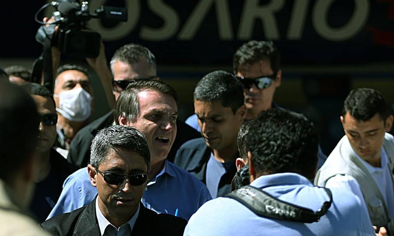 Saidinha do presidente causou aglomeração em frente à farmácia que visitou nesta sexta-feira Foto: Jorge William / Agência O Globo