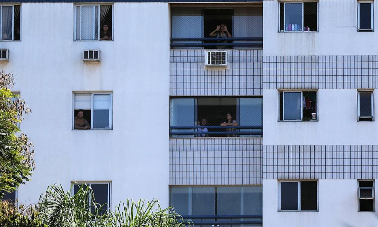 Visita de Bolsonaro a prédio residencial, no bairro Sudoeste, em Brasília, gerou manifestações de moradores, contra e a favor à presença do presidente Foto: Jorge William / Agência O Globo