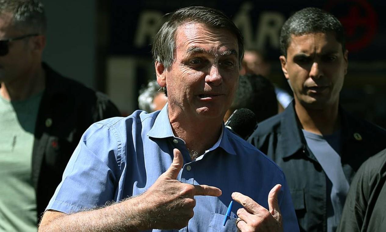 'Tenho o direito constitucional de ir e vir', diz Bolsonaro, ao passear por Brasília e visitar hospital e farmácia Foto: Jorge William / Agência O Globo