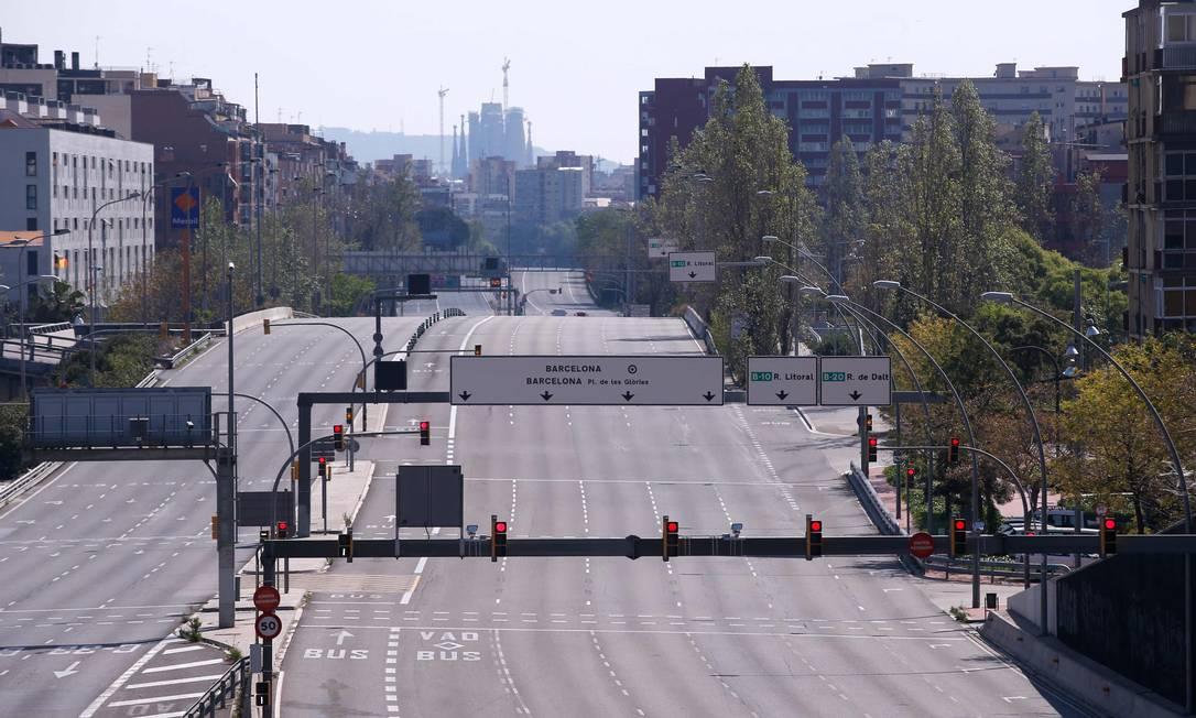A Av. Meridiana, em Barcelona, completamente vazia, durante o bloqueio nacional para impedir a propagação da COVID-19 Foto: Pau Barrena / AFP