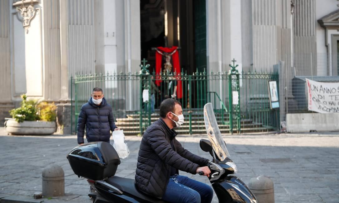 Homem anda de moto em Nápoles nesta Sexta-feira Santa Foto: CIRO DE LUCA / REUTERS/10-04-2020