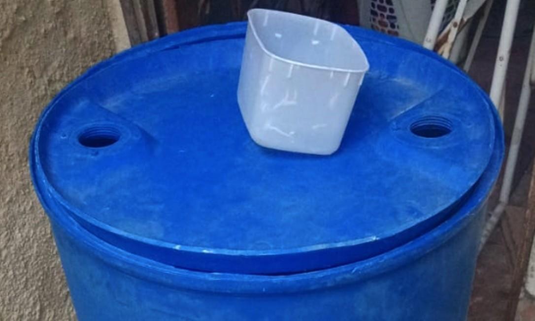 Em Cavalcante, na Zona Norte, Elizabeth e sua família receberam ajuda de vizinhos, que encheram um galão com água para abastecer sua casa, única da rua que há anos sofre de desabastecimento Foto: Arquivo pessoal