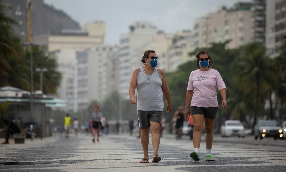 Copacabana cheia nesta Sexta-feira Santa: bairro lidera ranking negativo de número de mortes pela Covid-19 Foto: BRENNO CARVALHO / Agência O Globo
