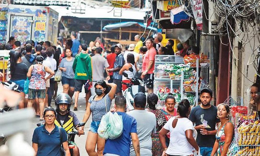 Aglomeração no Largo do Boiadeiro, na comunidade da Rocinha: na Sexta-Feira Santa, comércio funcionou a todo vapor em boa parte da favela, assim como no Complexo do Alemão Foto: Fábio Motta / Agência O GLOBO