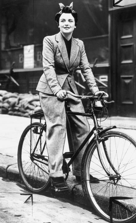 Bicicleta: meio de transporte de mulheres em 1939, em Londres, exigia novos trajes Foto: Daily Herald Archive / SSPL via Getty Images