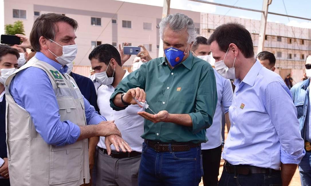 O governador de Goiás, Ronaldo Caiado (DEM), passa álcool na mão ao cumprimentar o presidente Jair Bolsonaro durante visita do presidente ao hospital de campanha no combate ao coronavírus, em Águas Lindas (GO) Foto: Diivulgação/Govenro de Goiás