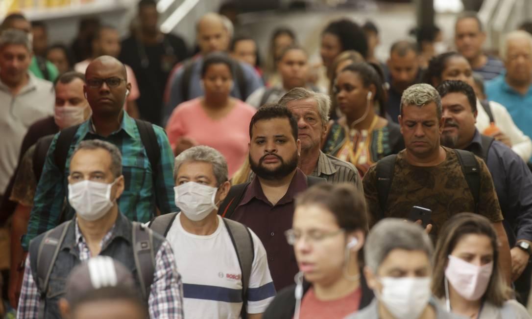 Pandemia de coronavírus: no desembarque na Praça XV, de passageiros da barca Rio-Niterói, apesar da aglomeração, nem todos usam máscara de proteção Foto: Gabriel de Paiva / Agência O Globo