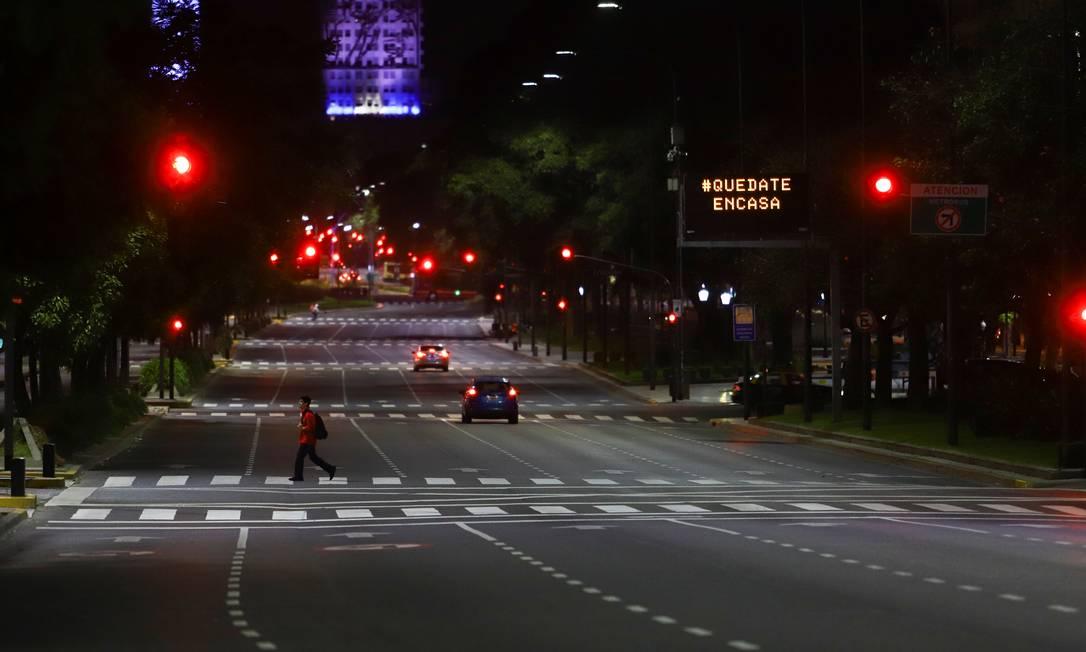 Argentino caminha em rua vazia em Buenos Aires: país prolonga quarentena obrigatória Foto: MATIAS BAGLIETTO / REUTERS