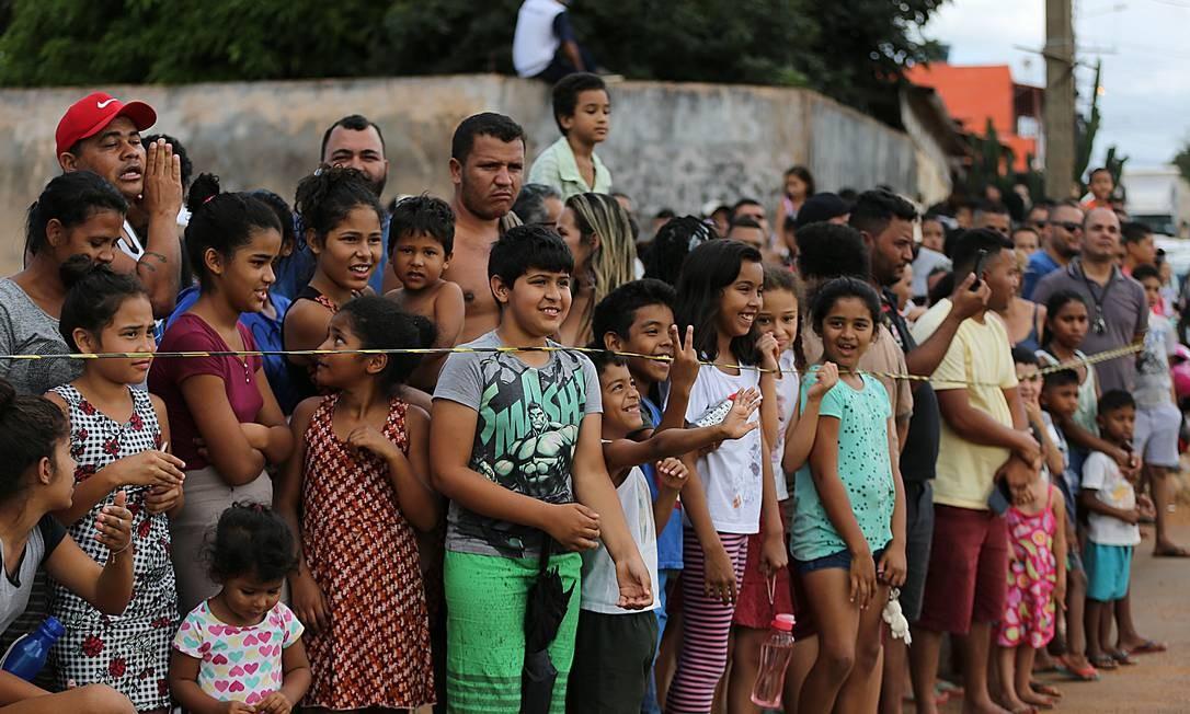 Presidente Jair Bolsonaro visita as obras de montagem do hospital de campanha, em Águas Lindas (GO). Na foto, moradores vizinhos ao hospital de campanha, se aglomeram para ver o presidente Foto: Jorge William / Agência O Globo