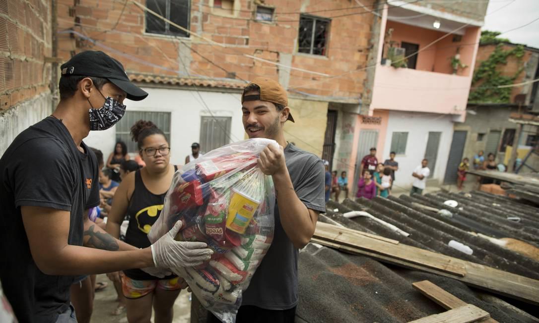 A ONG Rio de Paz distribui cestas básicas para os moradores da comunidade Mandela 1 Foto: Márcia Foletto / Agência O Globo