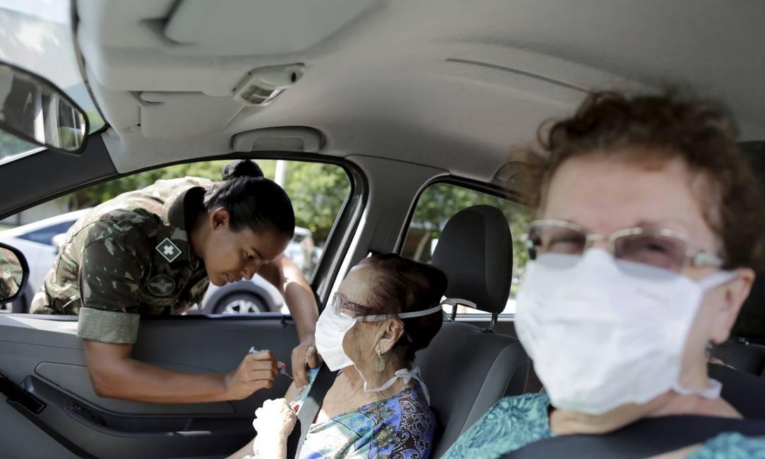 Militar aplica vacina contra a gripe na campanha que imunizou 8,7 milhões de idosos em uma semana Foto: Márcia Foletto / Agência O Globo