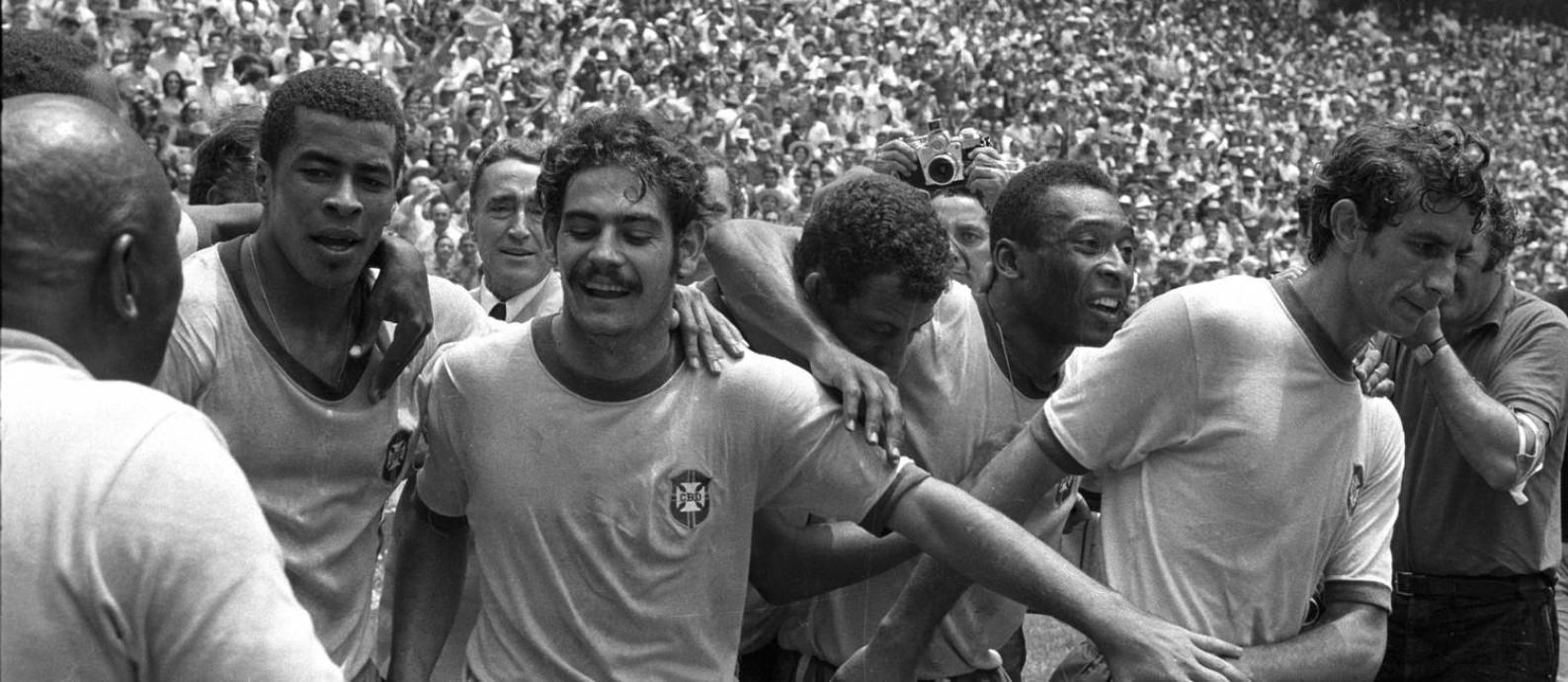 Jairzinho, Rivelino, Carlos Alberto, Pelé e Wilson Piazza comemoram a vitória do Brasil em 1970 Foto: Arquivo O Globo