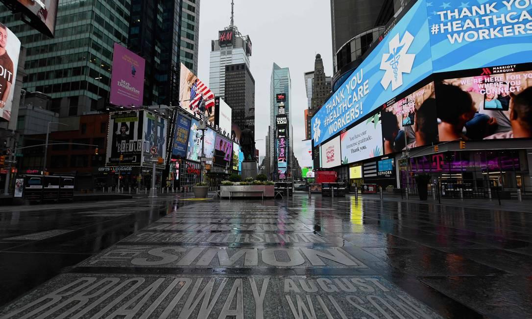 A Times Square, em Nova York, praticamente vazia por causa da pandemia do novo coronavírus Foto: Angela Weiss / AFP