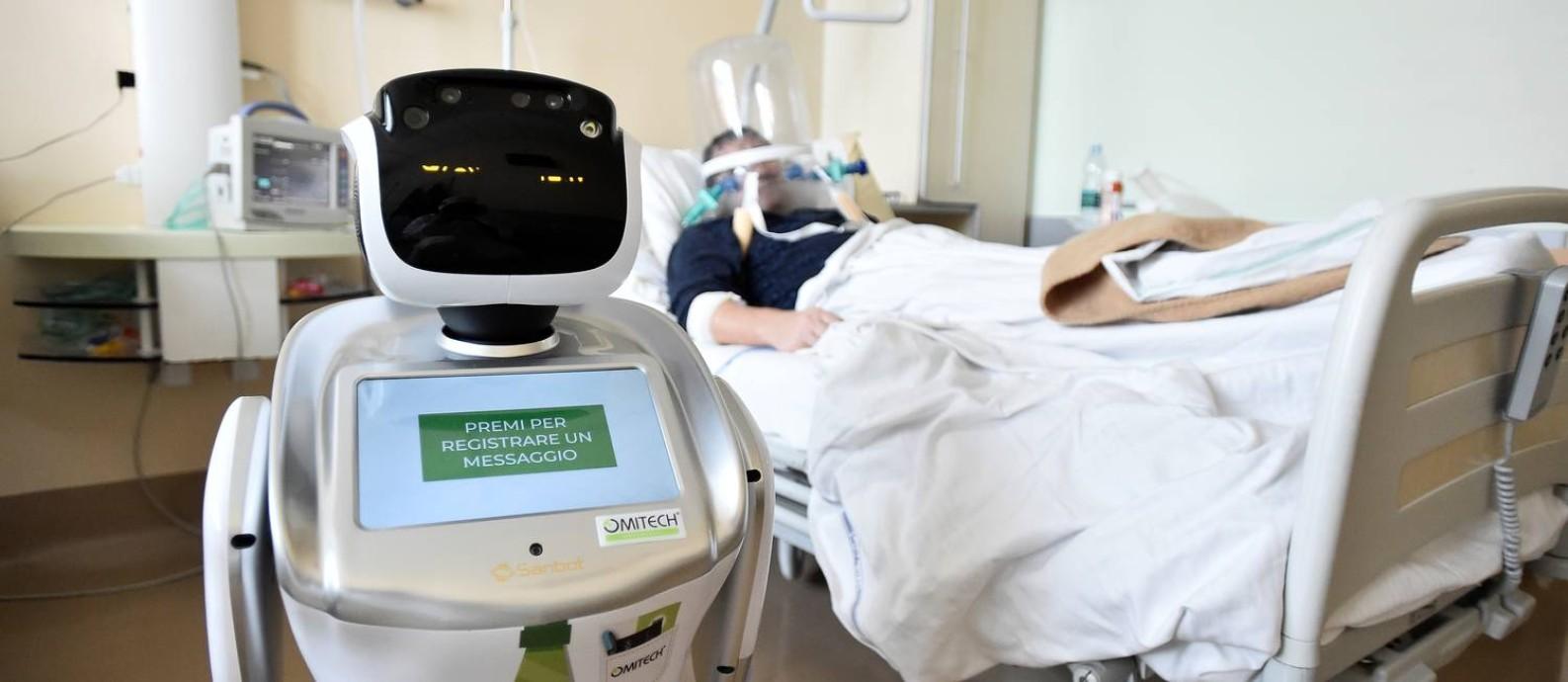 O hospital Circolo di Varese, na Itália, está usando robôs para monitorar pacientes internados como forma de proteção aos profissionais de saúde Foto: FLAVIO LO SCALZO / REUTERS