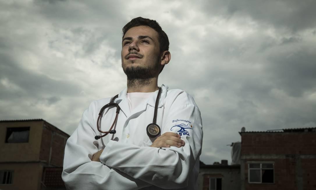 """Douglas Borges, de 19 anos, estudante de enfermagem: """"Dizer que não estou ganhando nada é uma grande mentira. Salvar vidas não tem preço"""" Foto: Guito Moreto / Agência O Globo"""