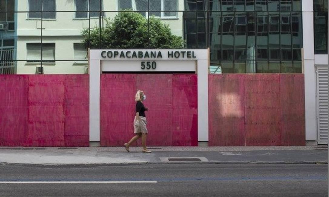 Hotéis colocaram tapumes nas portas como forma de segurança e proteção durante o isolamento social no Rio Foto: Márcia Foletto / Agência O Globo
