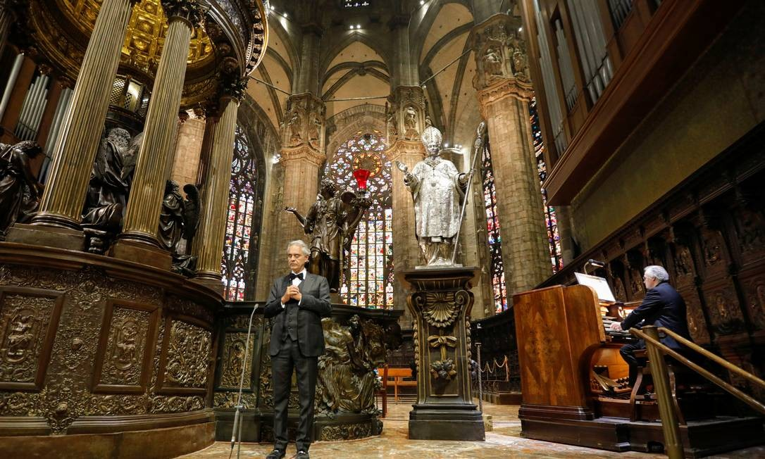 Andrea Bocelli e o organista Emanuele Vianelli na Catedrão de Milão Foto: LUCA ROSSETTI/COURTESY SUCAR SRL / Via REUTERS