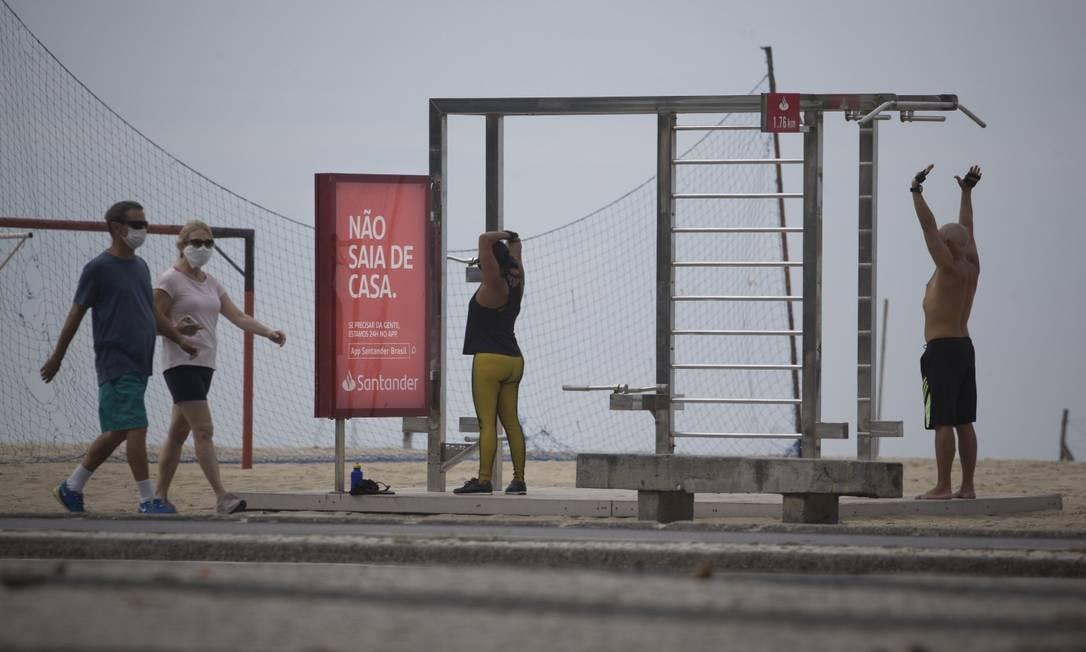 Movimentação tem sido grande em Copacabana, bairro com mais mortes até agora pelo Coronavírus no Rio Foto: Márcia Foletto / Agência O Globo