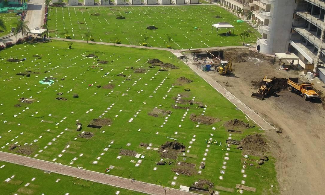 Setecentos corpos foram enterrados em dois cemitérios de Guayaquil neste domingo Foto: JOSE SANCHEZ/AFP