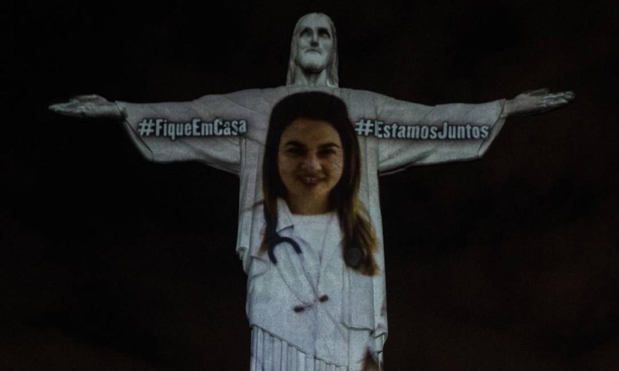 Imagens de profissionais da saúde foram projetadas no monumento ao Cristo Redentor, no Rio de Janeiro na noite deste domingo Foto: Alexandre Cassiano / Agência O Globo