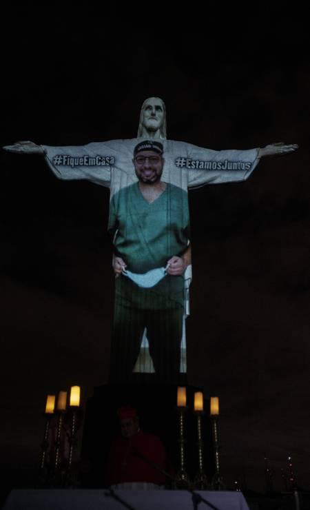 Imagens de profissionais da saúde projetadas no Cristo Redentor em homenagem à categoria Foto: Alexandre Cassiano / Agência O Globo - 12/04/2020