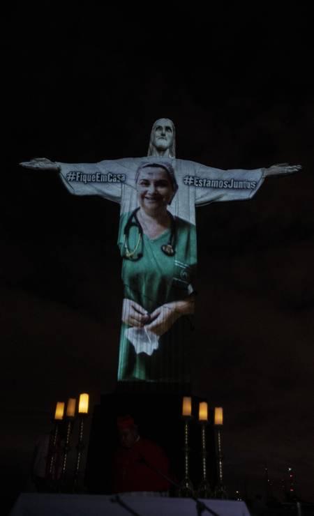 Imagens de profissionais da saúde foram projetadas no monumento ao Cristo Redentor, no Rio de Janeiro na noite deste domingo Foto: Alexandre Cassiano / Agência O Globo - 12/04/2020