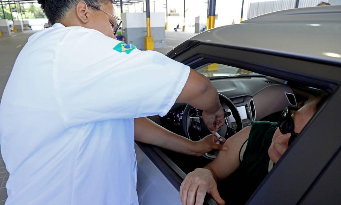 Vacinação contra gripe para idosos continua em drive-thru do Detran, no Rio Foto: Fábio Motta / O Globo