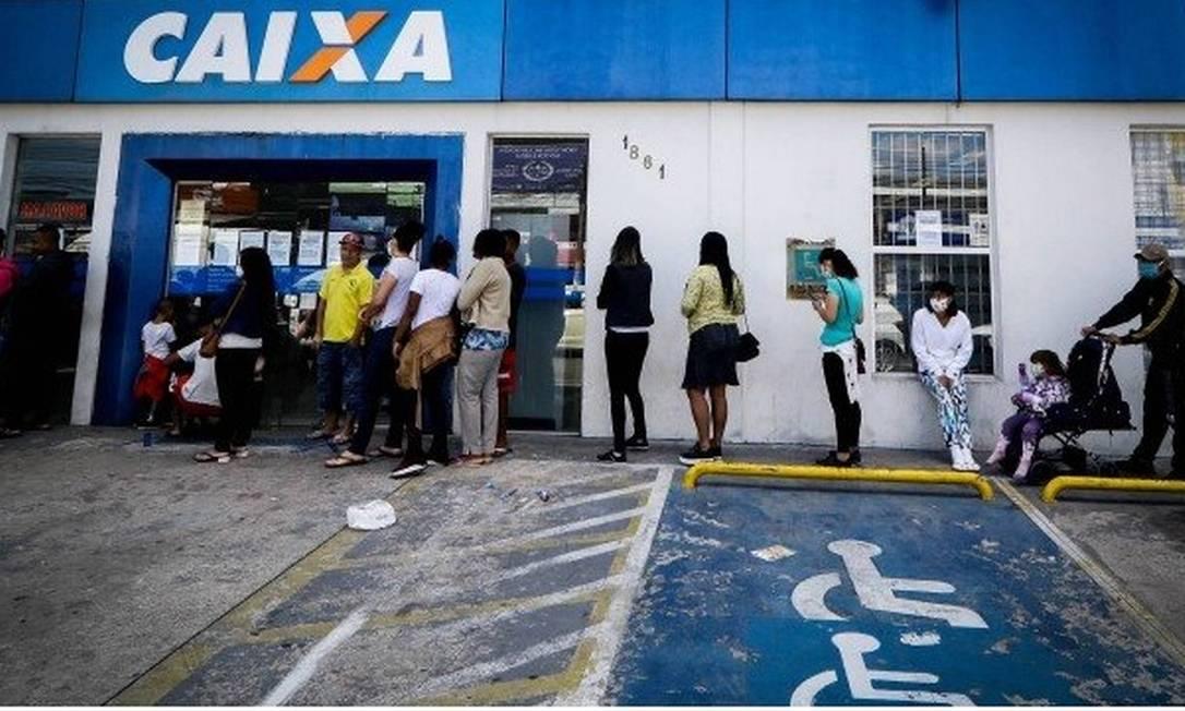 Pessoas formam fila para receber o auxílio-emergencial Foto: Fotoarena / Agência O Globo