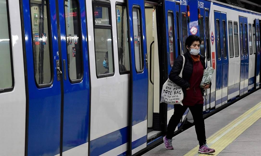 Usando máscara, mulher desembarca na estação Atocha, em Madri Foto: JAVIER SORIANO / AFP