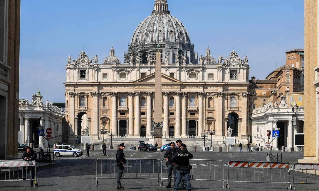 Policiais italianos guardam a Via della Conciliazione em Roma, que leva à Praça de São Pedro e à Basílica do Vaticano Foto: VINCENZO PINTO / AFP/13-04-2020