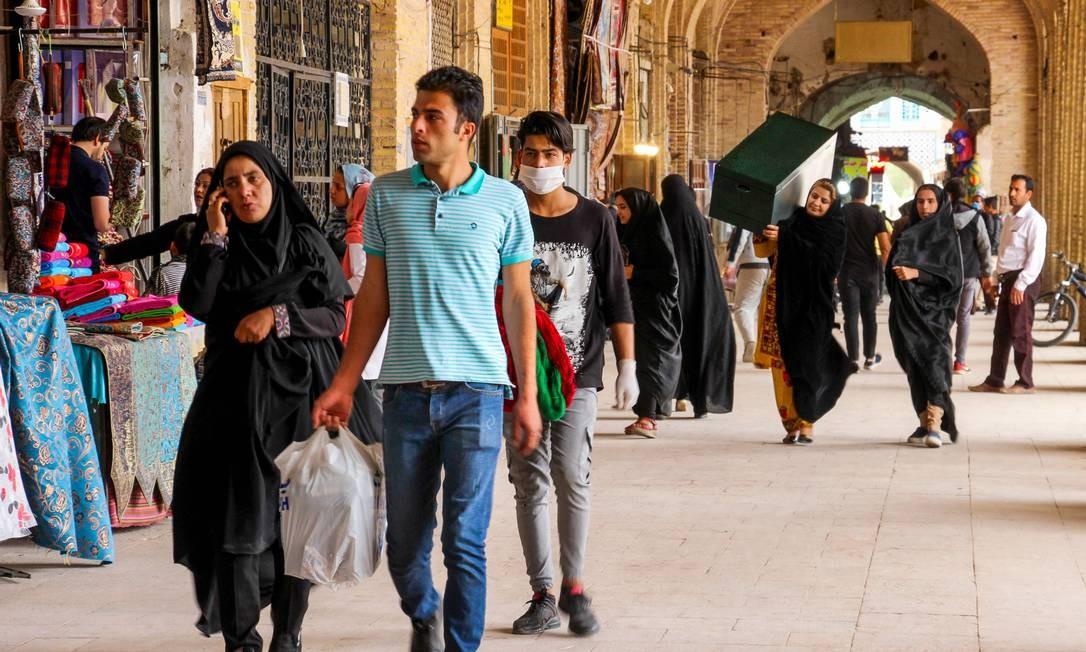 Iranianos passeiam por lojas na cidade de Kerman, no Irã Foto: ISNA / AFP
