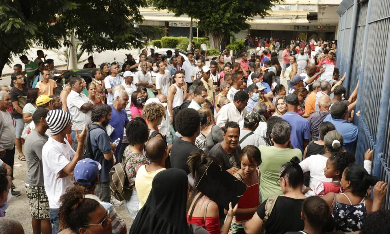 Fila no posto da Receita Federal em Madureira, Zona Norte do Rio, para regularização de CPF Foto: Gabriel de Paiva / Agência O Globo - 13/04/2020