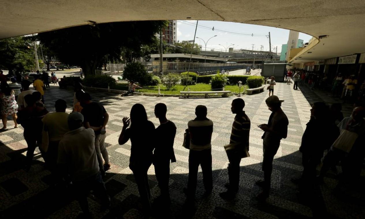 Contribuintes fazem fila em posto da Receita Federal em Madureira, na Praça Armando Cruz, para regularizar o CPF e poder receber o auxílio emergencial do governo federal em decorrência da pandemia de Covid-19 Foto: Gabriel de Paiva / Agência O Globo - 13/04/2020