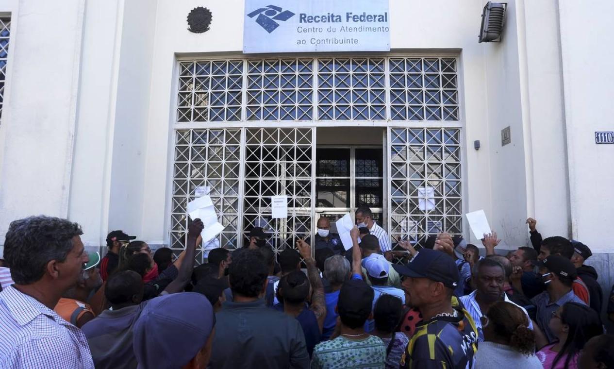 Pessoas tentam atendimento na porta da Receita Federal em Campo Grande, para regularizar CPF, exigência quando o auxílio de R$ 600 foi lançado Foto: Fabiano Rocha / Agência O Globo