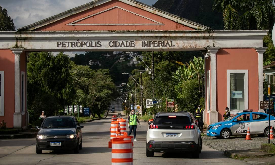 Barreiras sanitárias em Petrópolis, na Região Serrana, já impediram a  entrada de mais de 300 veículos na cidade - Jornal O Globo
